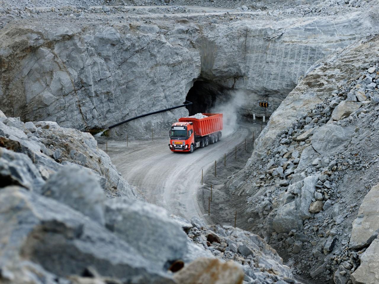 Een geheel zelfrijdende Volvo FH in actie in de kalksteengroeve in het Noorse Brønnøy
