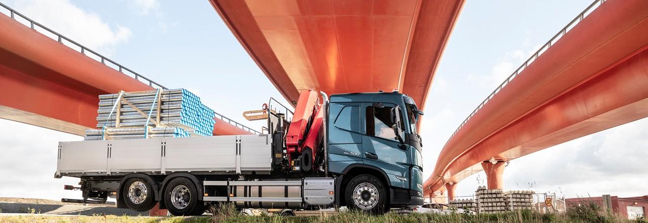 Een truck geparkeerd onder een viaduct