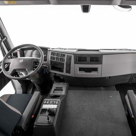 Volvo FE met twee stoelen en passagierscomfort